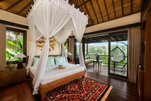 Een bed of bedden in een kamer bij Nandini Jungle Resort & Spa Bali