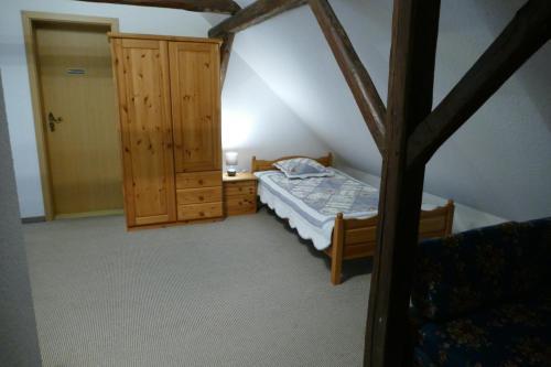 Ein Bett oder Betten in einem Zimmer der Unterkunft Kutschergasthof Am Sonnenstein