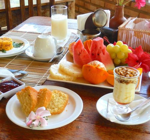Breakfast options available to guests at Pousada do Sonho