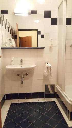 A bathroom at CenterCourt Hotel