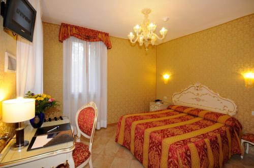 A bed or beds in a room at Hotel Il Mercante di Venezia