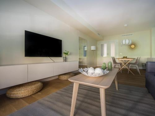 A television and/or entertainment centre at HQ Rooms Apartments San Vicente