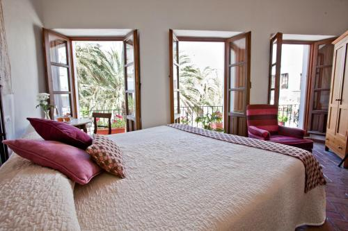 A bed or beds in a room at Hotel La Casa del Califa