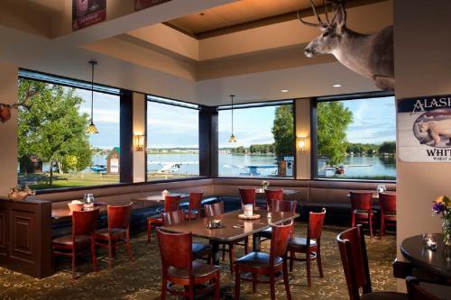 Restaurant ou autre lieu de restauration dans l'établissement The Lakefront Anchorage