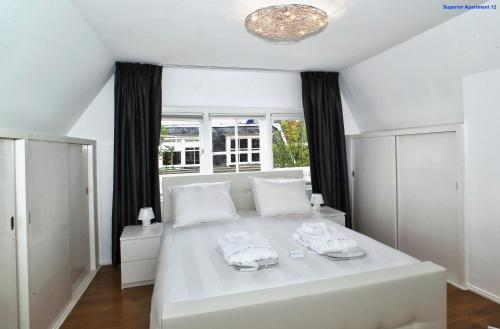 A bed or beds in a room at Luxury Apartment Delft VI Royal View