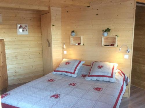 A bed or beds in a room at Cabane des K'Hauts Pins