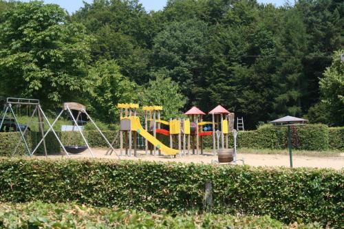 Ein Kinderspielbereich in der Unterkunft Country Camp camping Auf Kengert