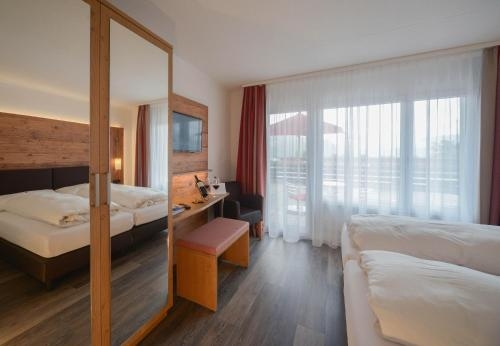 A bed or beds in a room at Hotel Brienz