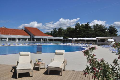 Der Swimmingpool an oder in der Nähe von Petalon Resort