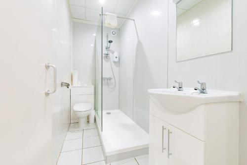 A bathroom at Piccadilly Hotel