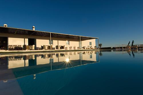 Het zwembad bij of vlak bij Malhadinha Nova Country House & Spa