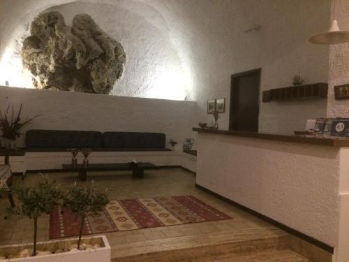 Ο χώρος του λόμπι ή της ρεσεψιόν στο Παραδοσιακό Ξενοδοχείο Γύθειον