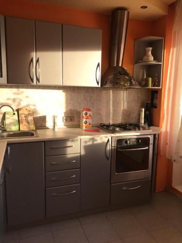 Кухня или мини-кухня в Апартаменты