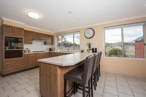 A kitchen or kitchenette at Alpine Drovers Rest