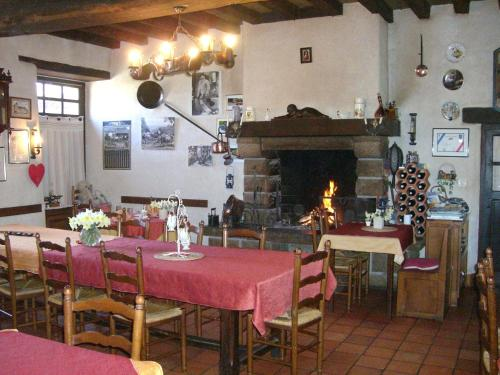 A restaurant or other place to eat at Chambres d'Hôtes de la Ferme Auberge de Mésauboin