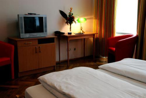 A television and/or entertainment center at Suite Hotel 200m zum Prater