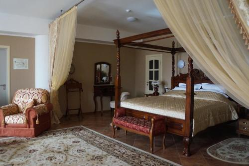 A bed or beds in a room at Hotel Sadovaya 19