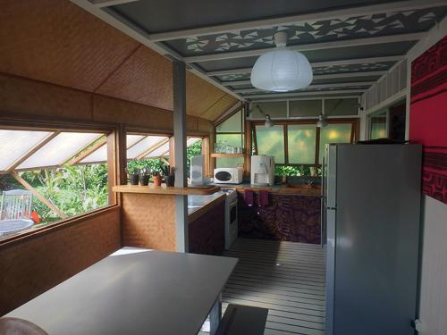 A kitchen or kitchenette at JUSTMOOREA Location Haapiti