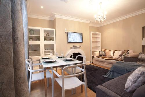 A seating area at Two Bedroom Luxury Apartment by Town Hall
