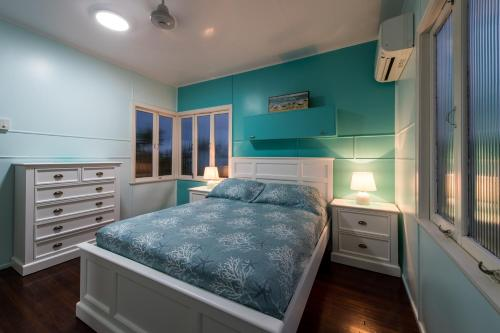 A bed or beds in a room at Gonetroppo - Airlie Beach