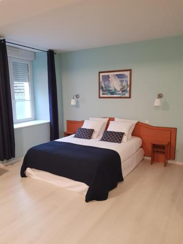 A bed or beds in a room at Le Centre
