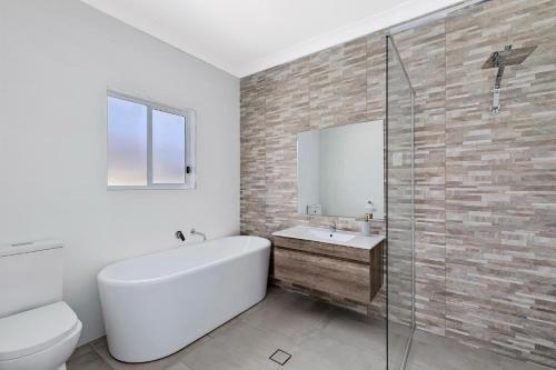 A bathroom at Spacious Living on Victoria