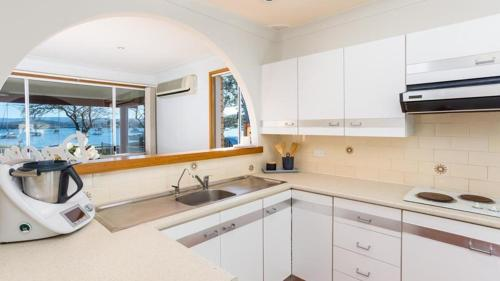 A kitchen or kitchenette at Bolton Point Waterfront