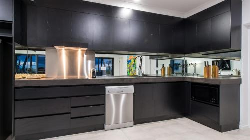 A kitchen or kitchenette at Onestep Airlie Retreat