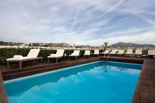 The swimming pool at or close to Hotel Gounod