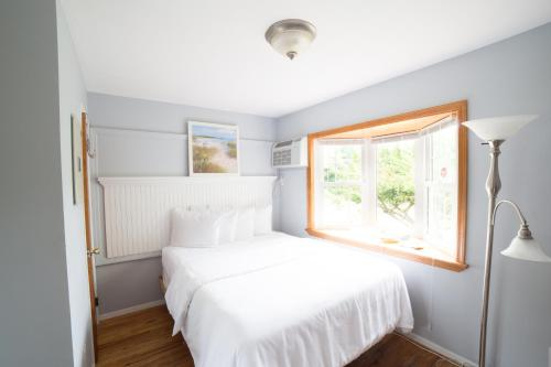 A bed or beds in a room at Hamlet Inn