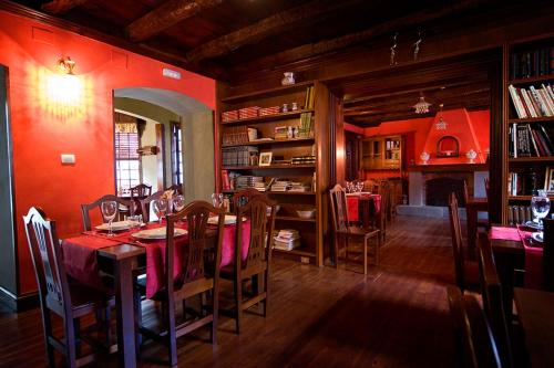 A restaurant or other place to eat at La Asomada del Gato