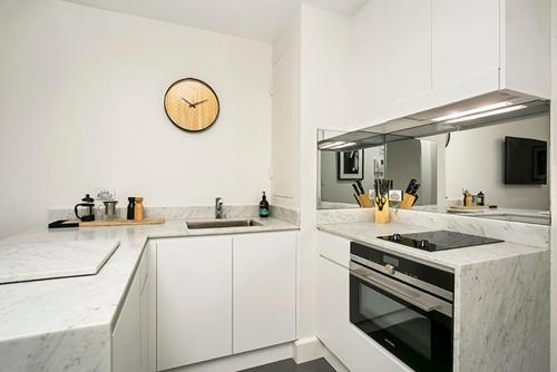 A kitchen or kitchenette at Renovated Central CBD Studio CLDN4