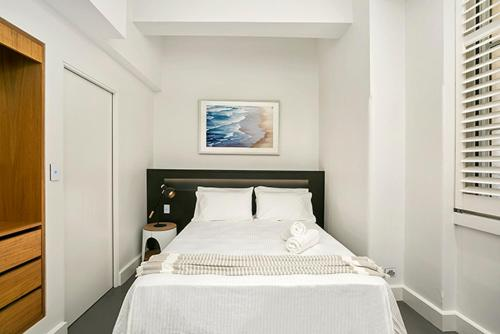 A bed or beds in a room at Renovated Central CBD Studio CLDN4