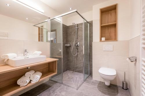 A bathroom at OFENTÜRL alpine living