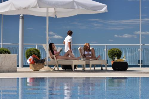 Der Swimmingpool an oder in der Nähe von Apartments Petalon