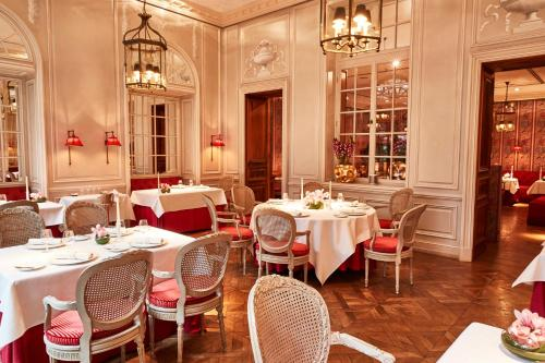 A restaurant or other place to eat at Steigenberger Frankfurter Hof