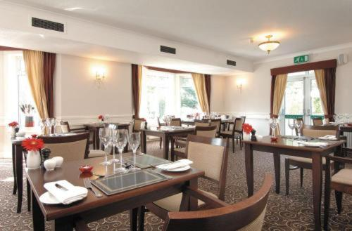 A restaurant or other place to eat at Hickstead Hotel