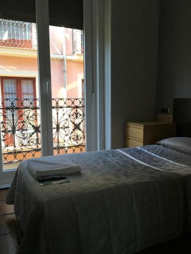 A bed or beds in a room at Pensión La Bilbaina - Albergue Logroño