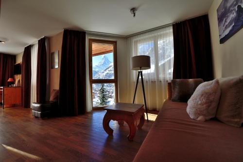 A seating area at Alpenlodge