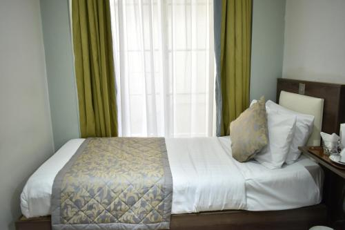 A bed or beds in a room at Hyde Park Boutique Hotel