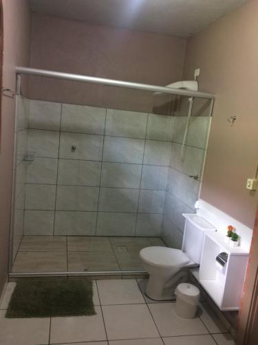 A bathroom at Residencial Quatro Estações