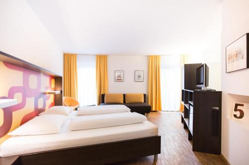 A television and/or entertainment center at arte Hotel Krems