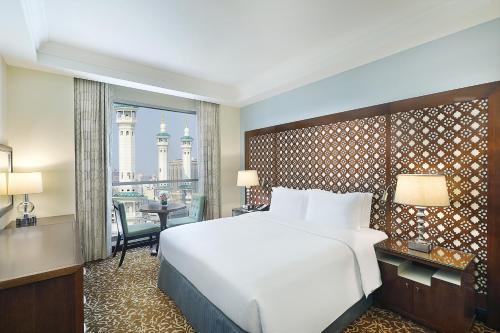 سرير أو أسرّة في غرفة في أجنحة هيلتون مكة