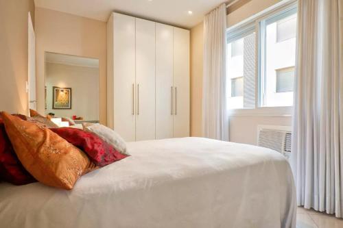 A bed or beds in a room at Quarto de Casal Banheiro Privativo Ar Condicionado Frigobar na Avenida Carlos Gomes