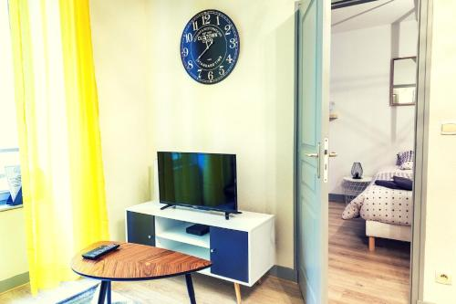 A television and/or entertainment centre at Le Vendôme Superdole