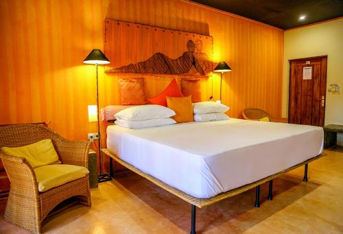 """A bed or beds in a room at Dickman Resort """"The Boutique Hotel"""""""