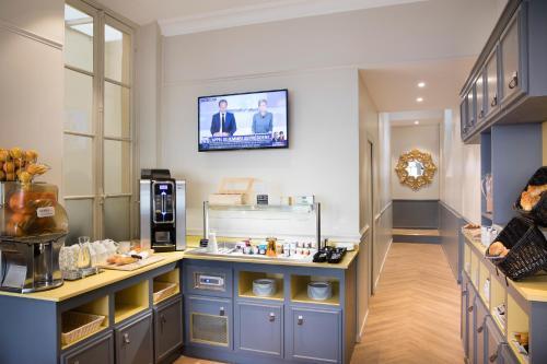A kitchen or kitchenette at A l'Hôtel Des Roys