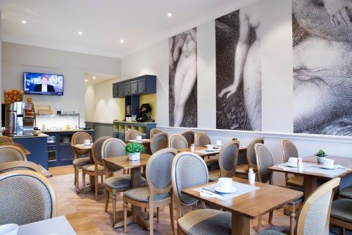 Un restaurante o sitio para comer en A l'Hôtel Des Roys
