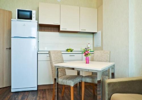Кухня или мини-кухня в Апартаментов SALUT С окнами ПАНОРАМА
