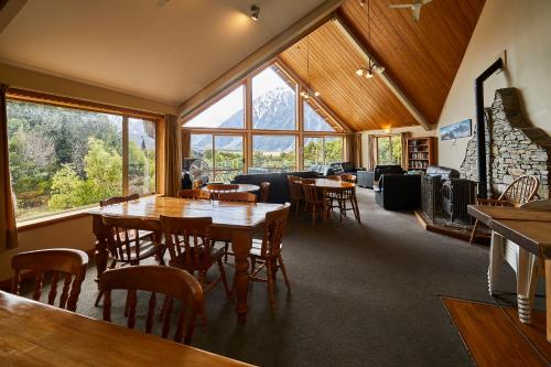 A restaurant or other place to eat at Aoraki Mount Cook Alpine Lodge